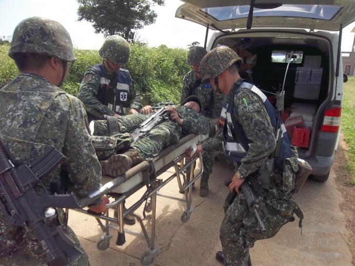 ▲ 陸軍烈嶼守備大隊本部連衛生排針對「戰場救護及後送作業」等課目進行演練。(陸軍烈嶼守備大隊提供)