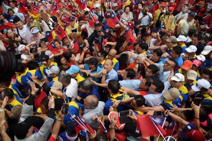 韓國瑜在群眾簇擁下步上舞台。 (圖/NowNews攝影中心攝)