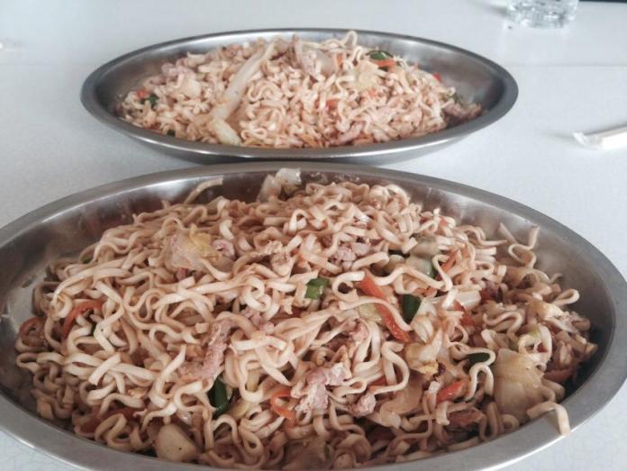 ▲鴻美炒泡麵,是許多遊客來金必吃的美食。(圖/記者蔡若喬攝)