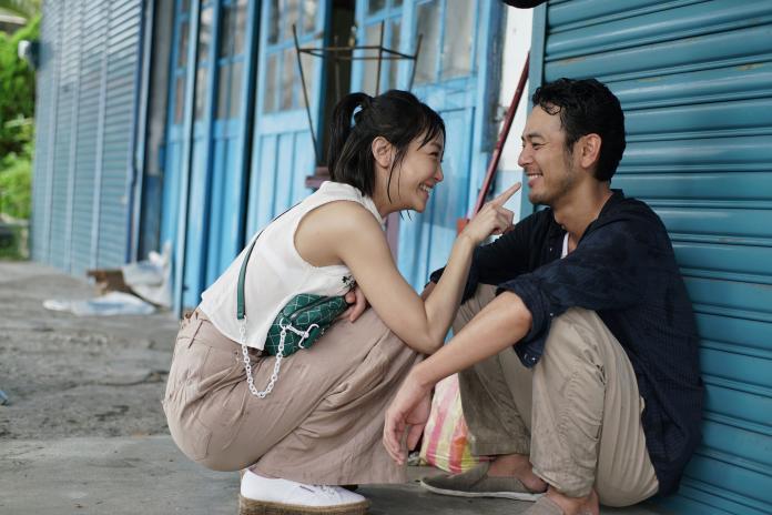▲謝欣穎(左)、妻夫木聰,雨中對戲好甜蜜。(圖/威視)