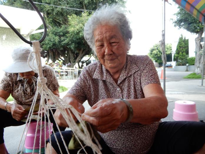 影/喜樂包粽 百人包製出有愛心及溫度的粽子
