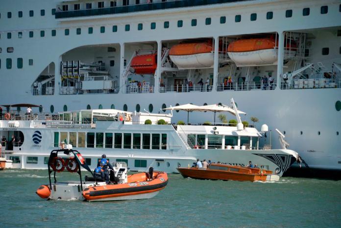 ▲義大利威尼斯(Venice)在當地時間本月 2 日上午8時許,一艘 MSC Opera 郵輪驚傳失控衝撞碼頭,現場民眾倉皇逃竄,意外造成至少 5 人受傷。(圖/達志影像/美聯社)