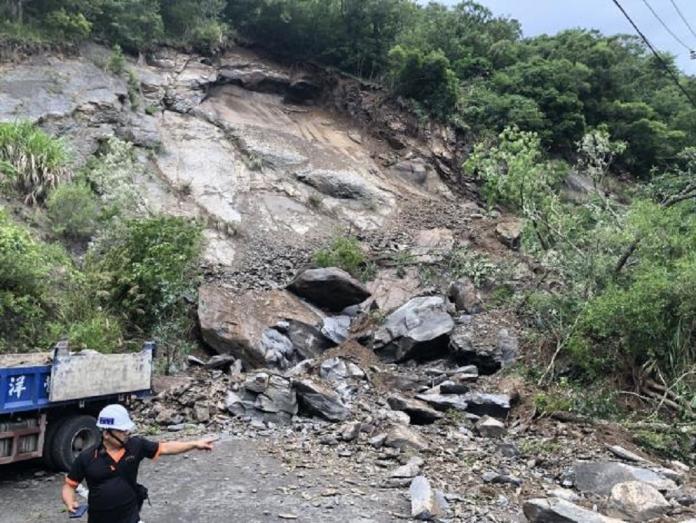 影/尖石玉峰村60-1線落石 挖土機施工遭淹埋