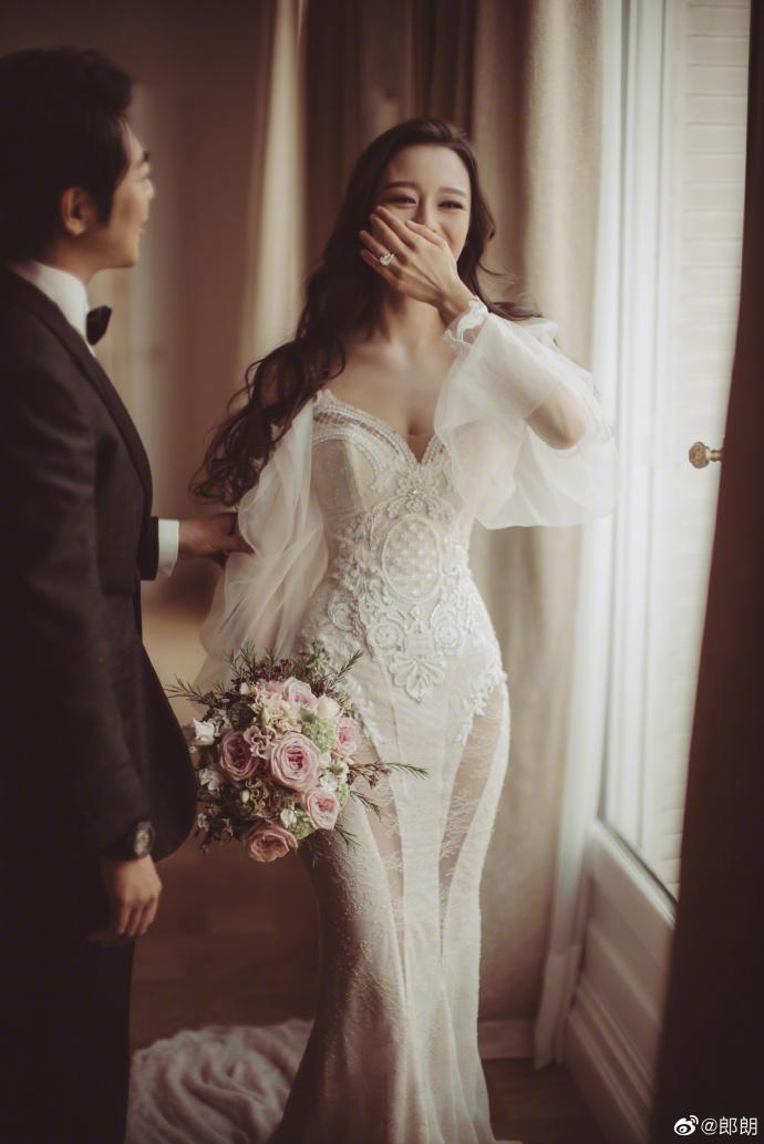 ▲Gina Alice 穿上以色列婚紗品牌 Galia Lahav,曲線窈窕。(圖/郎朗微博)