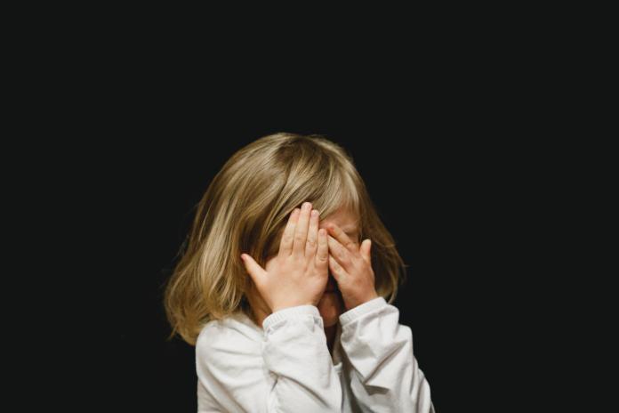 ▲若大量面膜液不慎入眼沒有及時清洗,可能會損傷眼角膜。(示意圖/取自 Unsplash )