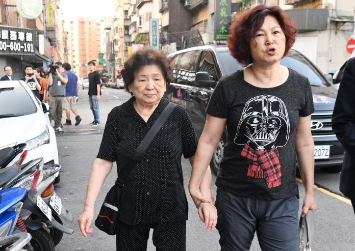 ▲賀媽媽(左)在女兒的陪伴下,來到靈堂。(圖/記者林柏年攝)