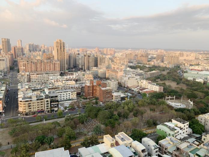 NOWNEWS0606_(達人帶路)想在高雄巨蛋商圈購屋,在地房仲首推明華國中、微笑公園周遭買房。