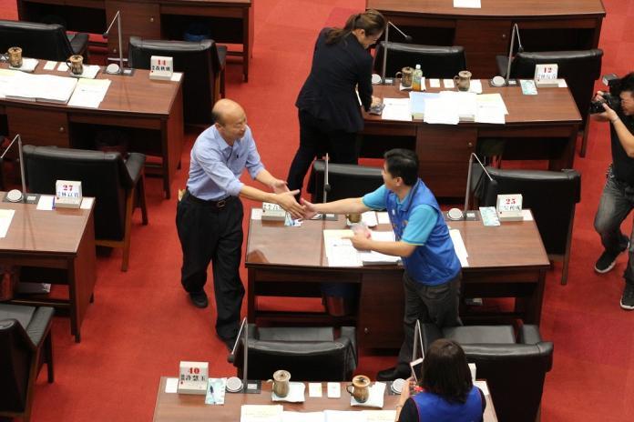▲高雄市議會第三屆第一次定期大會(5)日閉幕,高雄市長韓國瑜除率市府團隊到議會致意。(圖/高市政府提供)