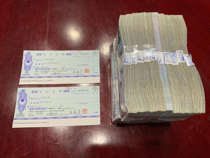 「孫文學校」校長張亞中6日繳納500萬元黨內初選作業費,宣布完成登記參選。( 圖 / 孫文學校提供 )