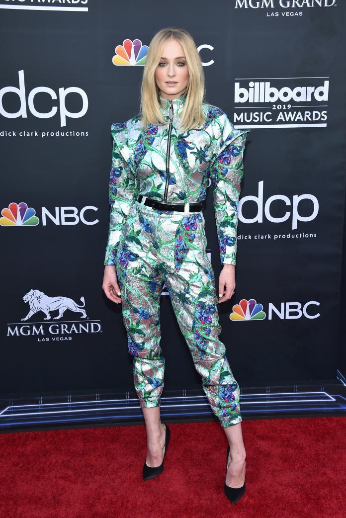 ▲蘇菲特納一身路易威登春夏系列花朵刺繡套裝,現身拉斯維加斯 2019 Billboard 音樂頒獎典禮。(圖/LOUIS VUITTON提供)