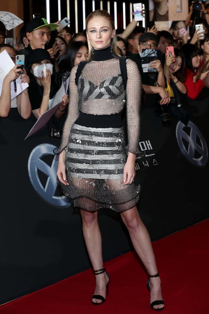 ▲蘇菲特納穿著路易威登 2020 早春系列,亮相首爾出席電影《X 戰警:黑鳳凰》首映會。(圖/LOUIS VUITTON提供)