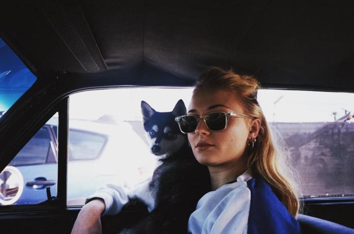 ▲抱著愛犬的蘇菲特納。(圖/翻攝自IG@sophiet)