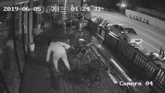 <br> ▲戴姓男子前往咖啡店潑漆洩憤,兩度踩到油漆差點滑倒。(圖/翻攝監視器畫面)