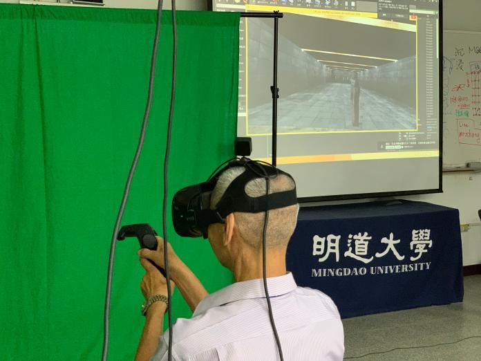 <br> ▲榮家爺爺體驗最新VR科技,試玩虛擬射擊。(圖/記者陳雅芳攝,2019.06.07)