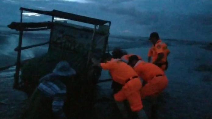 影/漁民駕駛採蚵車「陷」泥灘地 海巡即刻救援