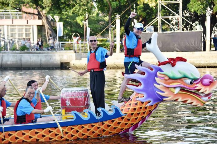 ▲高雄市長韓國瑜登上龍舟化身為鼓手,為市府局處首長們所組成的「首長隊」擊鼓領航。(圖/高市府提供)