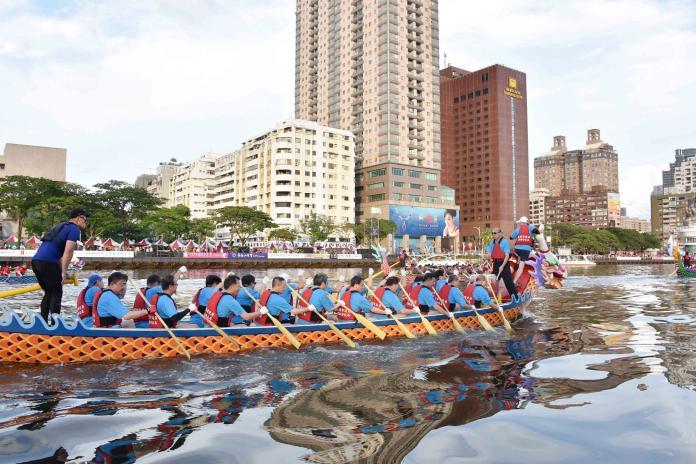 ▲在韓國瑜的鼓聲帶領下,所有首長們齊心協力,雖僅獲得第三名,但卻為今年嘉年華的活動表演再一次掀起高潮。(圖/高市府提供)