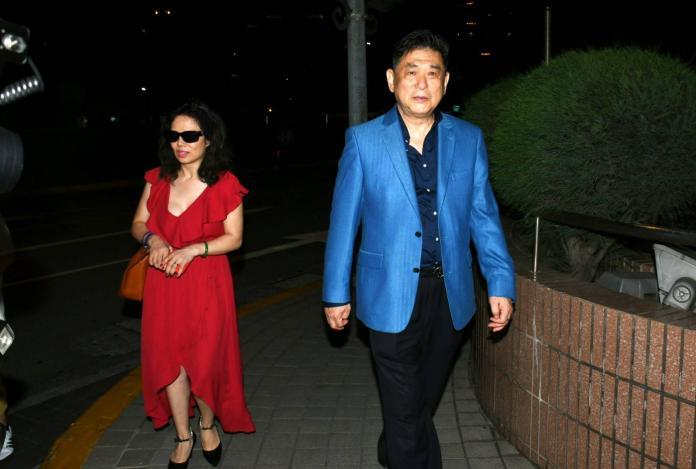 <br> ▲康凱(右)跟老婆趕赴醫院,卻無法見到馬如龍。(圖/記者林調遜攝)