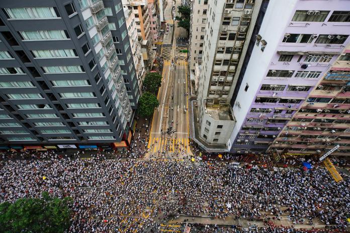▲香港昨( 9 )日下午起舉行「反送中」大遊行,主辦單位宣稱現場湧入 103 萬人。(圖/美聯社/達志影像)