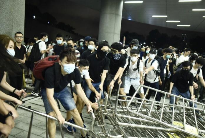 ▲香港反送中大遊行結束後,人潮仍未散去,10日凌晨,部份示威者試圖衝進立法會,與警方爆發激烈衝突。(圖/翻攝立場新聞)