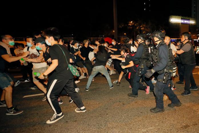 <br> ▲香港「民間人權陣線」(民陣)昨( 9 )日下午起,舉行反對修訂《逃犯條例》遊行(又稱「反送中」大遊行),活動雖在晚上 9 點 34 分結束,大批示威民眾依舊情緒激昂,仍有許多青年不願離去,今天凌晨後持續與警方爆發衝突。(圖/美聯社/達志影像)
