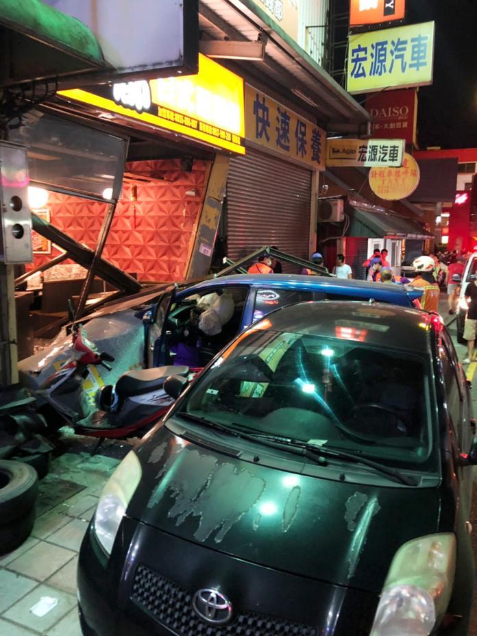 <br> ▲連停在路邊的轎車也遭到撞擊。(圖/楊梅分局提供)