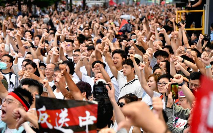 ▲香港民眾反對逃犯條例修訂上街遊行,警民陷入對峙。(圖/ AP 影像)