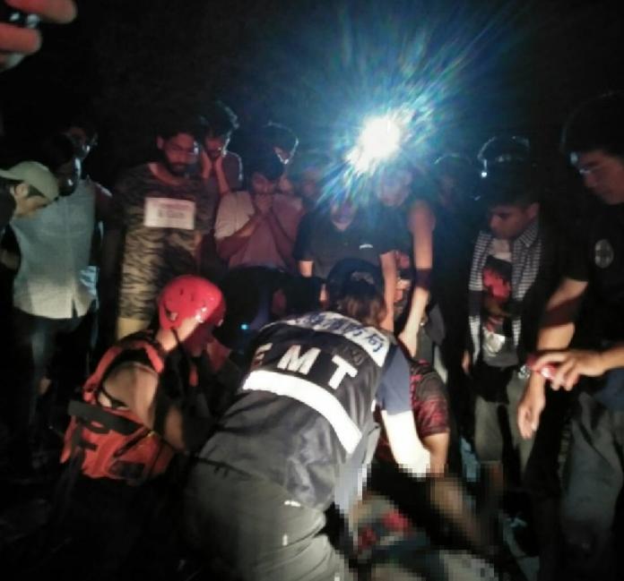 嘉義縣消防局救護人員對溺水,疑已呈死亡的南華大學印度交換生緊急處理後送醫院。