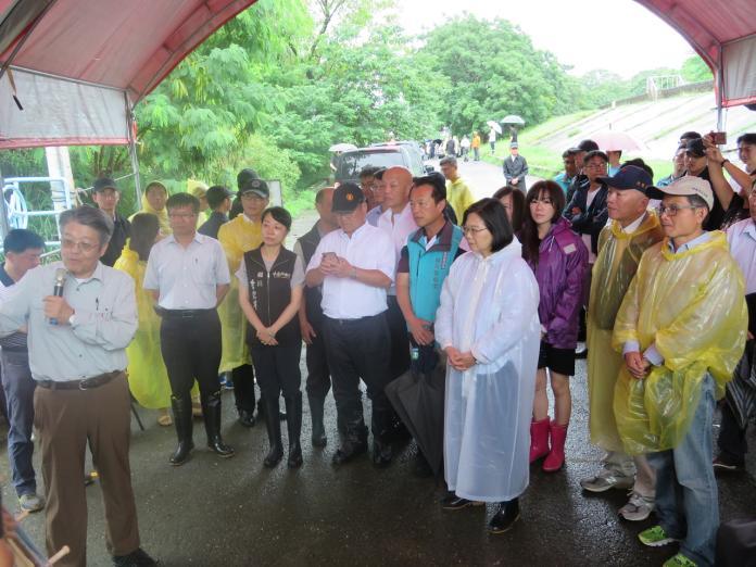 總統蔡英文在地方民代的陪同,到嘉義縣聽取滯洪池簡報。