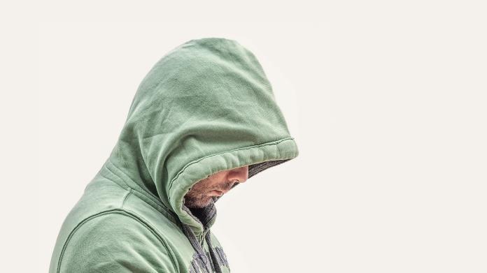 ▲近日有一位女網友幫自己的男友戴了一頂超大綠帽卻直言「是對方的錯」,事情曝光後全場的網友都超震驚,直言「邏輯真棒」。(示意圖/取自