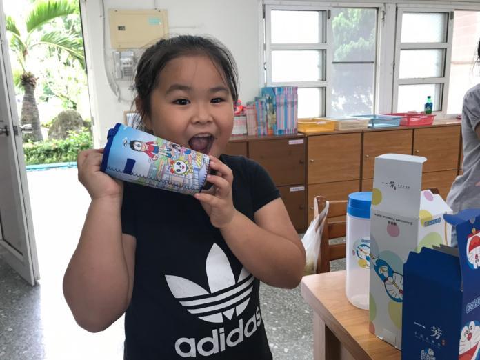 <br> ▲每個小朋友都收到「哆啦A夢」環保杯和環保袋,大家都很開心。(圖/記者陳雅芳攝,2019.06.12)