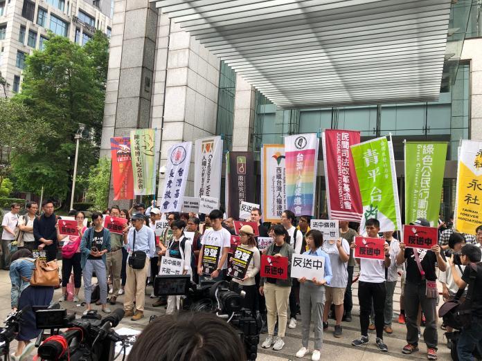 ▲多個台灣 NGO 團體今(12)日在香港駐台北經貿辦事處前舉行記者會抗議。(圖/ The China Post 提供)