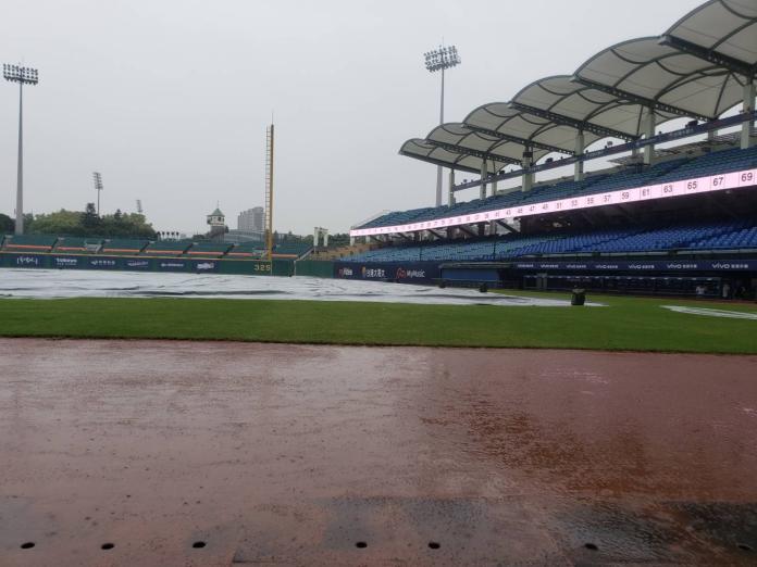 新莊棒球場因雨延賽。(圖/黃建霖攝)