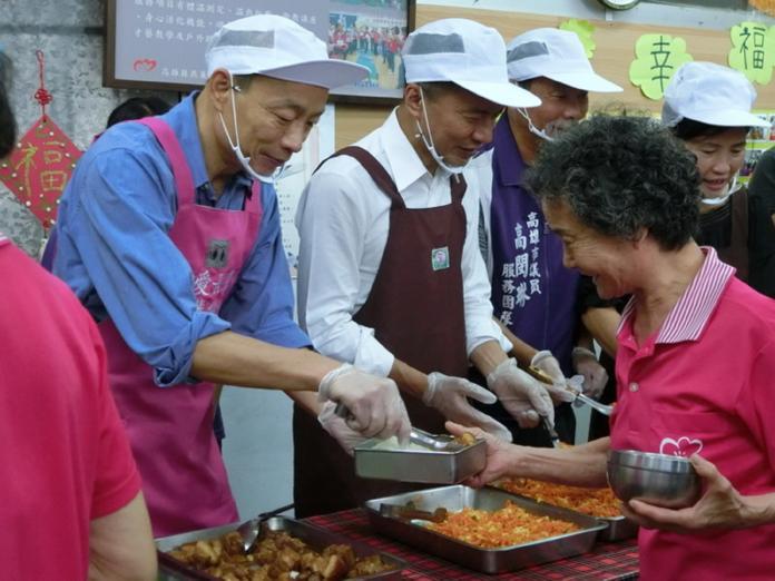 ▲市長韓國瑜燕巢區安招社區照顧關懷據點與長輩一同共餐。(圖/高市府提供)