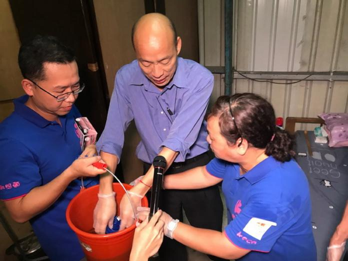 ▲市長韓國瑜挽起袖子跟著居服員一起做家事及學習居家照顧及服務。(圖/高市府提供)