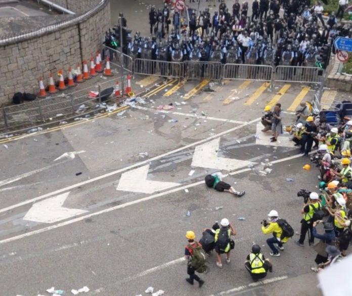 ▲香港警方暴力驅離示威民眾,傳出多人輕重傷。(圖/截自telegram)
