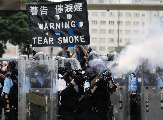 ▲香港警方向示威民眾發射催淚彈、布袋彈、橡膠彈。(圖/美聯社/達志影像)