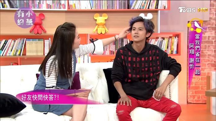 ▲謝忻(左)撩撥阿翔的頭髮。(圖/影片截圖)