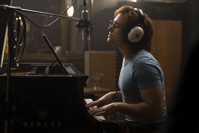 <br> ▲泰隆艾格頓在片中親自演唱艾爾頓強的招牌歌曲。(圖/派拉蒙影片,攝影David Appleby)