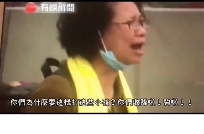 ▲一名香港婦人手無寸鐵,站在警方盾牌前哭喊「你們也有小孩吧,為什麼要這樣打小孩?請你們收隊,夠啦!」,畫面令人動容。(圖/翻攝自影片)