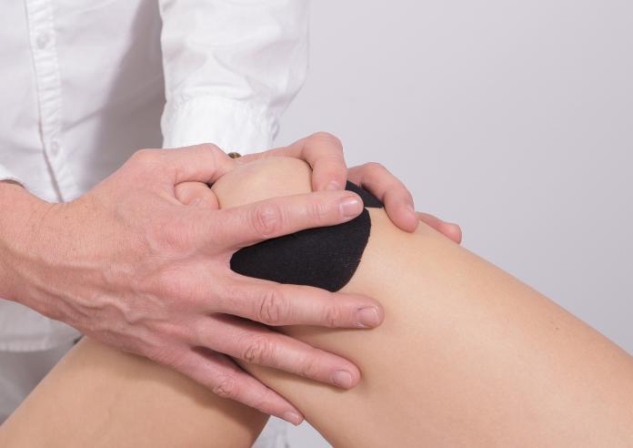 ▲確認十字韌帶嚴重沾黏,清創粘黏組織後,再輔以徒手物理治療及訓練(非當事人)。(示意圖/取自 Pixabay )