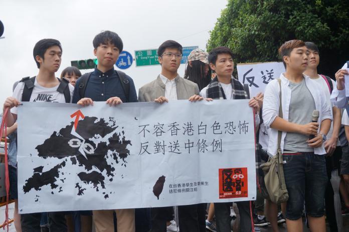 ▲在台香港學生在總統府前凱道陳情,反對修訂香港「逃犯條例」。(圖/記者呂炯昌攝, 2019.6.13)