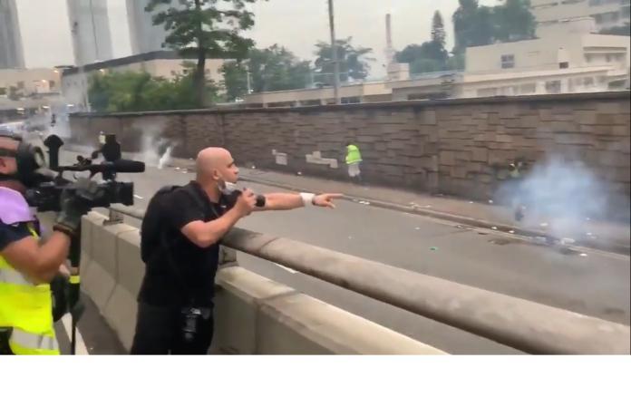 ▲「這是香港,不是中國,至少現在還不是,你們對規則視若無睹,你對記者開槍了,我職業生涯還沒見過 」。(圖/翻攝自影片)