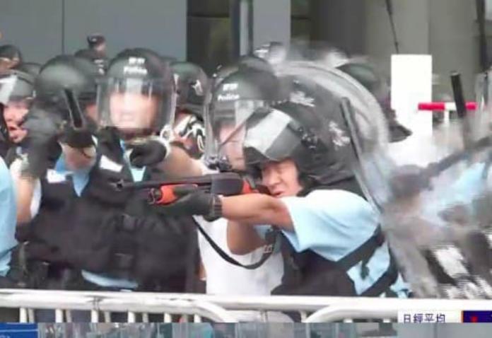 ▲香港警方暴力驅離示威民眾,傳出多人輕重傷。(圖/翻攝RZLHK Twitter)