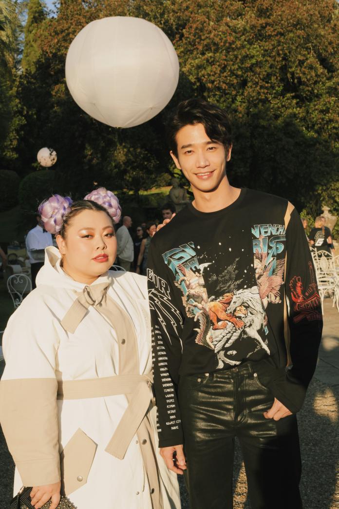 <br> ▲劉以豪在秀場上與日本女星渡邊直美相見歡。(圖/GIVENCHY提供)
