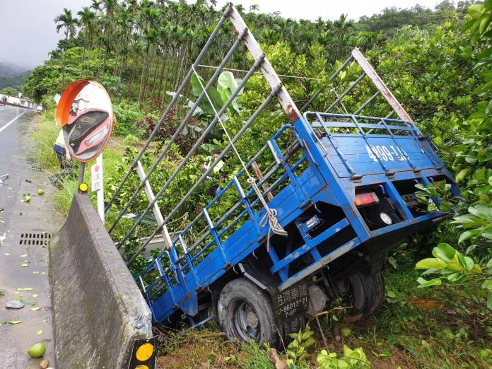 大雨釀悲劇!大貨車插入路邊土推 駕駛卡在車頭已無意識