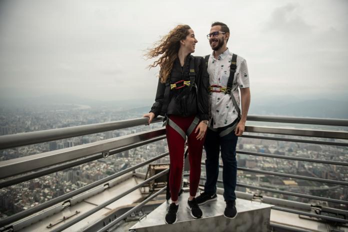 ▲台北101觀景台宣告2.0版來了,標高460公尺的塔尖下戶外平台首度對外開放,讓民眾可以有機會登上比過去觀景台更高10層樓之處。(圖/台北101提供)
