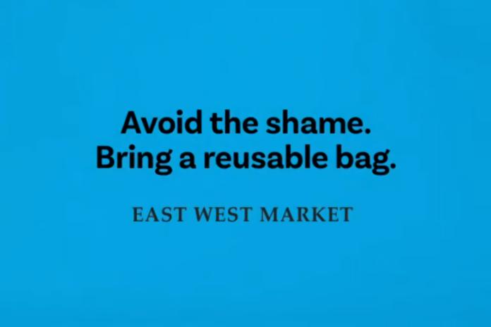 ▲一家加拿大超市把塑膠袋印上令人尷尬的字樣,希望顧客可以自備環保購物袋。(圖/翻攝自 eastwest.market IG )