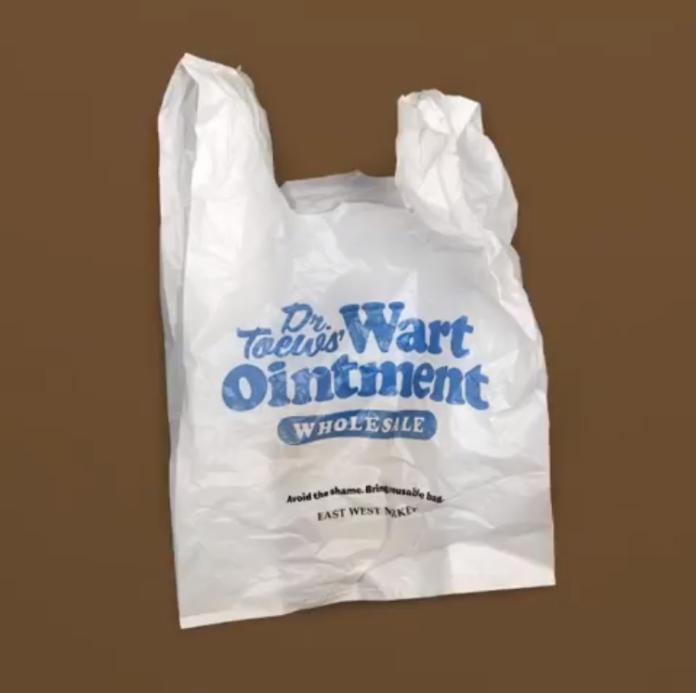 ▲提著「皮膚疣藥膏」大字的塑膠袋走在街上,肯定被行注目禮。(圖/翻攝自 eastwest.market IG )
