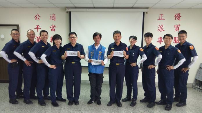 <br> ▲義警大隊副大隊長洪浩榮致贈新埔分局員警200套涼感袖套。(圖/新埔分局提供)